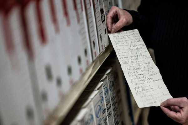 Le document se compose d'un feuillet recto-verso qui délivre quelques informations biographiques sur son auteur.
