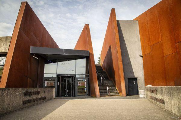 Le Centre de la Mémoire d'Oradour-sur-Glane inauguré en 1999 par Jacques Chirac