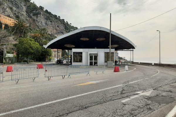 Le poste-frontière de Menton Saint-Ludovic, ce lundi matin. Sans justification officielle, impossible d'entrer en Italie, même pour les habitants de Menton.