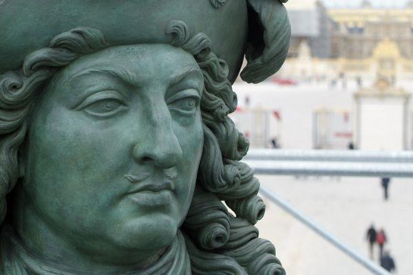 Une statue du roi Louis XIV, au château de Versailles.