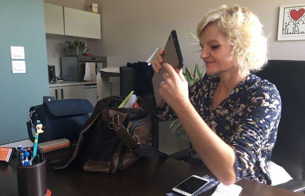 Marie-Perrine Droumaguet à son bureau, à Quévert (22)