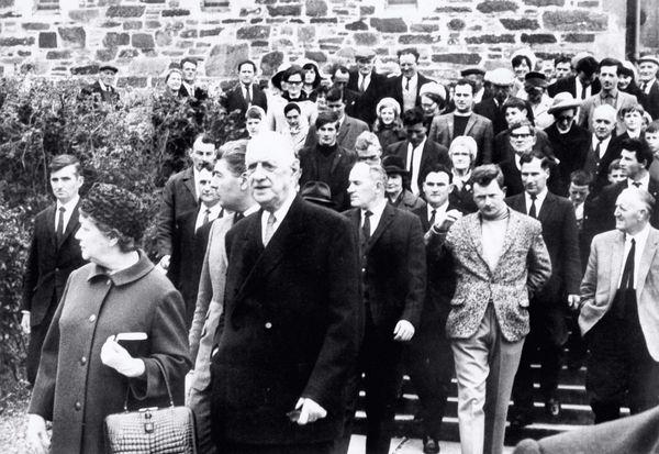 Le général Charles de Gaulle et son épouse Yvonne quittent l'église de St. Michel à Sneem après avoir assisté à la messe pendant leurs vacances en Irlande en mai 1969.