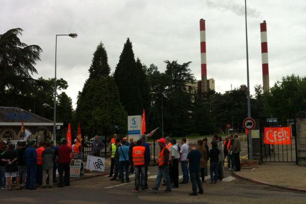 Le débrayage des salariés devant l'usine Solvay de Tavaux