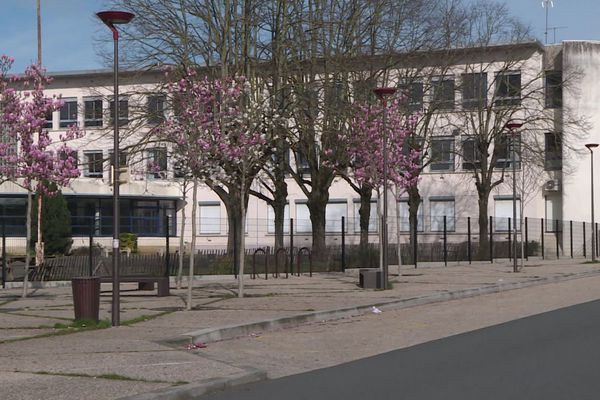 Dans le collège manceau où un élève a été détecté positif au Covis-19, 93 personnes, élèves et enseignants, ont reçu l'ordre de rester à domicile.