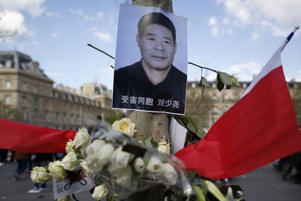 Le portrait de Shaoyao Liu lors d'une manifestation pour protester contre sa mort, place de la République à Paris, le 26 mars 2017.
