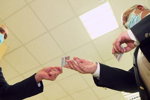 Simon Fletcher a eu le plaisir de recevoir la 5 000 ème carte de séjour longue durée spécial Brexit des mains du Préfet de Dordoge lui-même