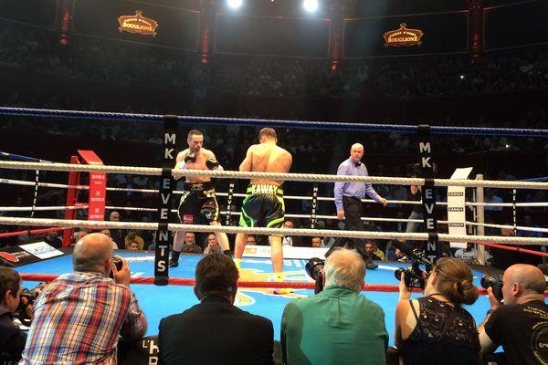 Les boxeurs Hugo Kasperski et Louis Toutin sur le ring au Cirque d'Hier, à Paris, le 18 mai 2017.
