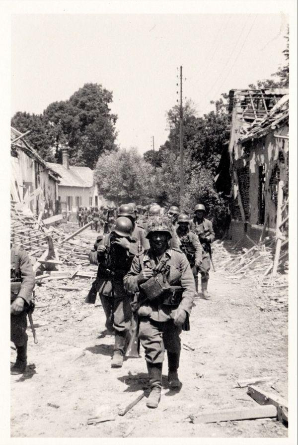 Les soldats allemands réoccupent Huppy après la bataille.