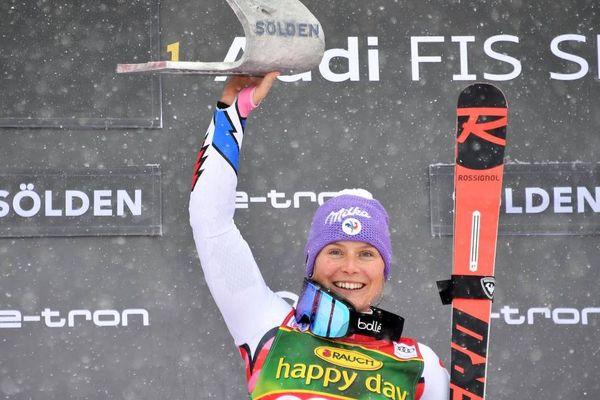 La Française Tessa Worley sur le podium du géant d'ouverture de la Coupe du monde de ski alpin à Sölden (Autriche) en octobre 2019.