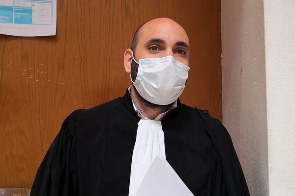 Maître Koukezian, avocat d'un prévenu et son masque désormais obligatoire pendant les audiences