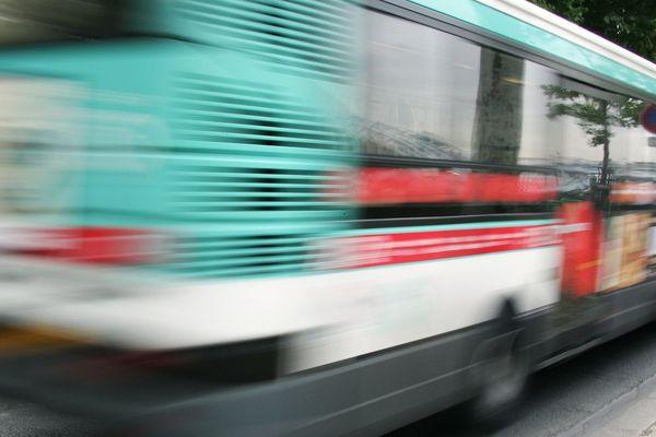 A Paris, 20 navettes de bus, réservées au personnel soignant, sont mise en service lundi 23 mars