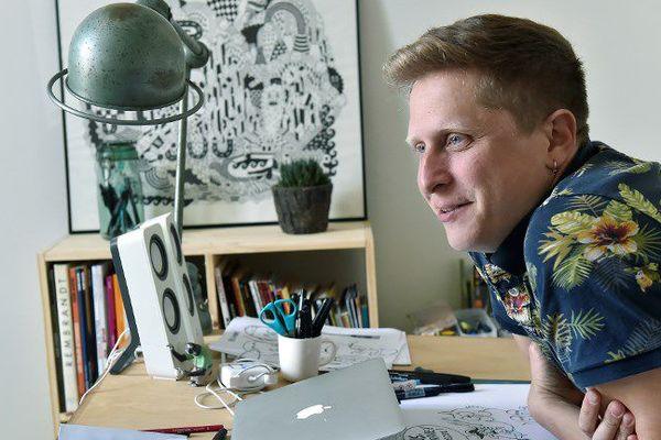 Thibaut Soulcié, caricaturiste, dans son atelier à Bordeaux