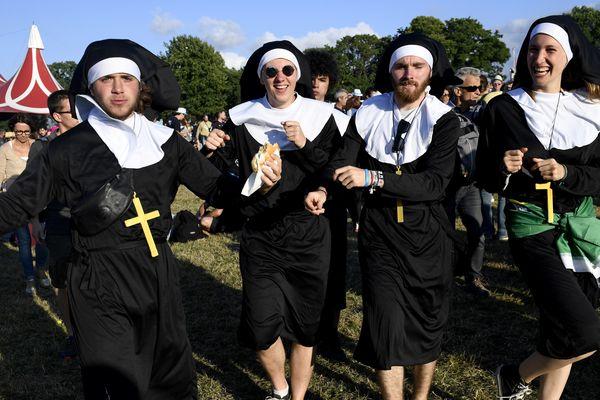 Le public traditionnellement déguisé des Vieilles Charrues