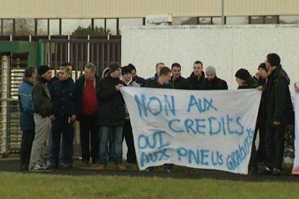 Les salariés Michelin refusent la suppression de leur avantage en nature : 4 pneus gratuits par an. Ils sont en grève sur le site des Gravanches, depuis le 13 décembre.