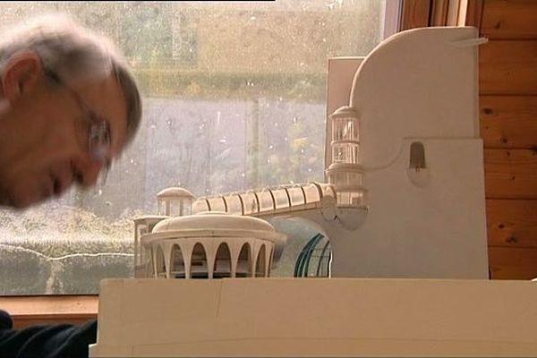 François Bourgeon observe sa maquette