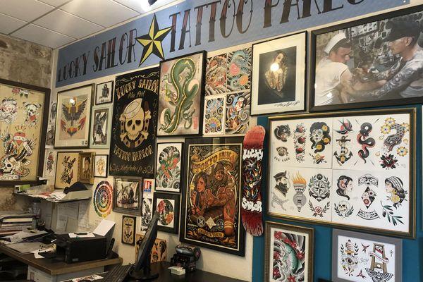 Une arrière boutique de tatoueur : le mur n'est jamais assez grand pour tout afficher. C'est la même chose pour le corps humain : au bout d'un moment on manque de place pour tatouer !
