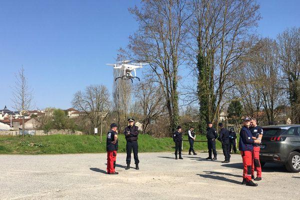 C'est la deuxième fois depuis le début du confinement que les Pompiers de l'Urgence Internationale participent à la surveillance de la population avec leur drone.