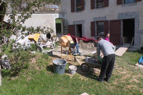 La rénovation de cet ancien corps de ferme de Saint-Jean-de-Vaulx, en Isère, grâce à des matériaux anciens, devrait prendre encore au moins deux ans.