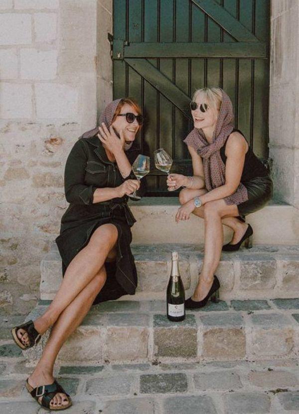 Virginie Lépron ( à gauche) et Olga Carbot ( à droite) créent un coffret champagne et foulard qui allie élégance et plaisir gustatif.