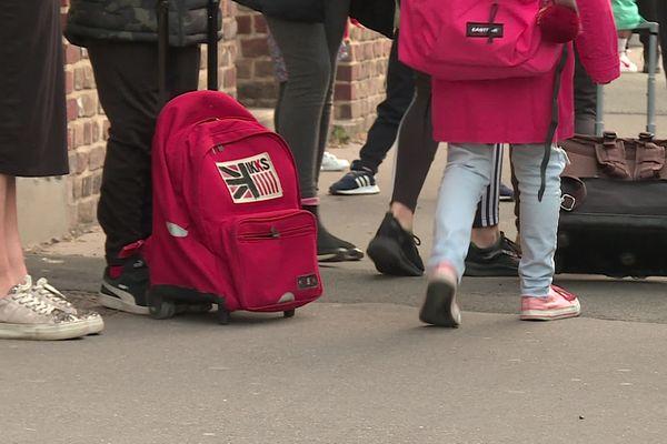 Elèves devant une école élémentaire d'Amiens