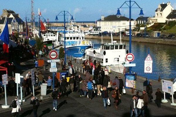 18 équipages de pêche proposent leurs produits en vente directe pour cette fête de la coquille 2014 à Port-en-Bessin