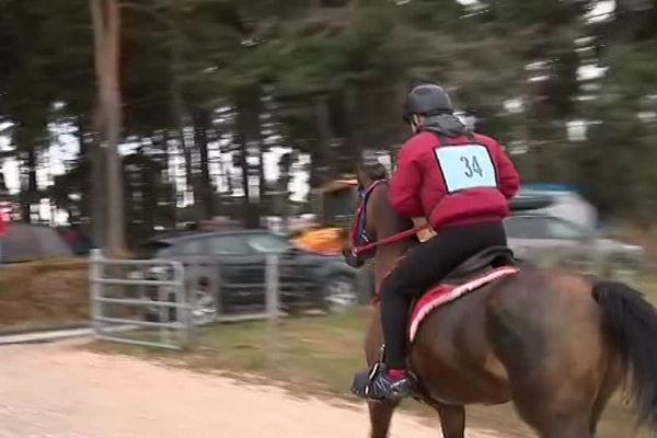 Les cavaliers doivent parcourir 127 kilomètres.