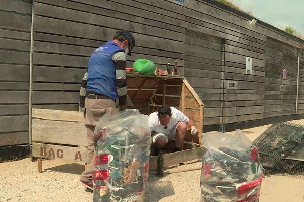 Lorsque les bacs sont pleins, les déchets ramassés par les promeneurs sont triés et enlevés.