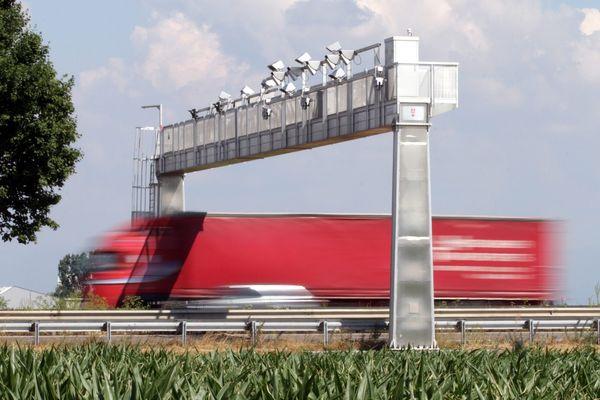 L'écotaxe est remplacée par le péage de transit poids-lourd