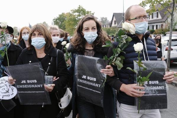 Ce samedi 17 octobre un rassemblement a eu lieu à Conflans-Sainte-Honorine, devant le collège où enseignait le professeur d'histoire-géographie assassiné.