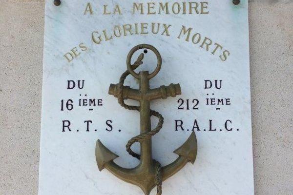La plaque commémorative du monuments aux morts de Marcelcave rend hommage aux combattants de la 4ème division d'infanterie coloniale.