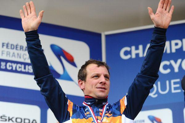 Francis Mourey sur le podium des championnat de France de Cyclo-Cross à Quelneuc, où il a terminé deuxième.