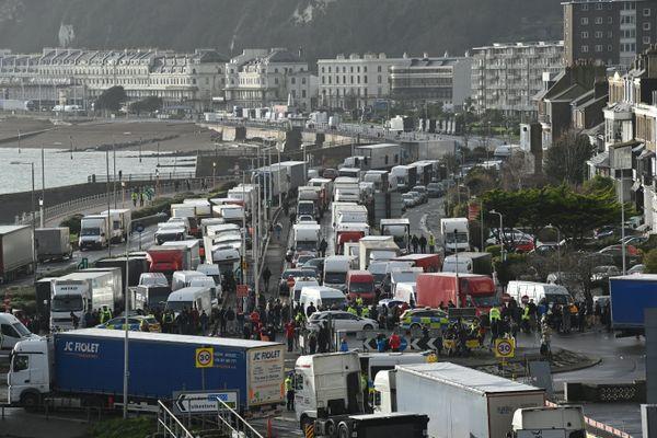 Des milliers de chauffeurs craignent de rester bloqués à Douvres, au Royaume-Unis, à quelques jours de Noël.