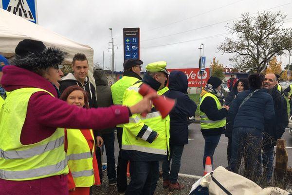 Des manifestants réunis ce samedi matin sur un rond-point à Soyaux (Charente).