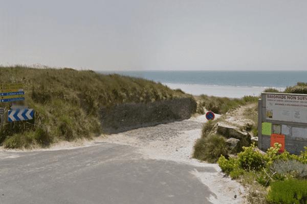 une femme qui se promenait sur cette plage a découvert le corps en état de décomposition.