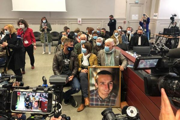 La famille Noyer, installée dans la salle d'audience avec un portrait géant d'Arthur, le jeune militaire tué par Nordahl Lelandais en 2017.