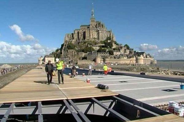 """Le pont passerelle, véritable cordon ombilical entre le Mont-Saint-Michel et le """"continent, est en voie d'achèvement."""