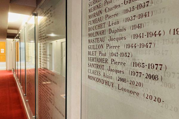 Dans un couloir de la mairie, la liste des maires de Poitiers depuis 1200, avec dernièrement inscrit, le nom de Léonore Moncond'huy, première femme maire de Poitiers.