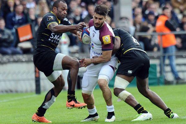 Le joueur bordelais Sofiane Guitoune opposé au rugbymen rochelais Sireli Bobo.