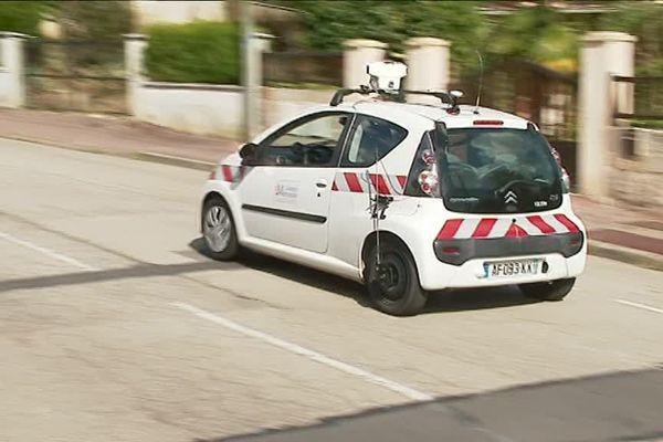 Une voiture de Limoges Agglomération équipée pour inspecter l'état de la voirie.