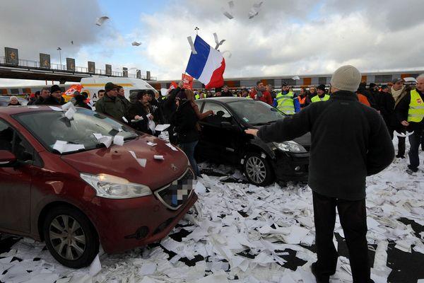 Des salariés de Stora Enso manifestent au péage de Fresnes les Montauban.