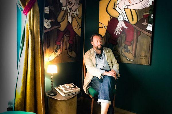 Vadim Korniloff au milieu de ses toiles