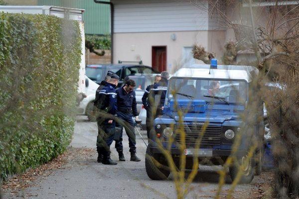 Les policiers perquisitionnent au domicile de l'homme correspondant au portrait robot à Talloires