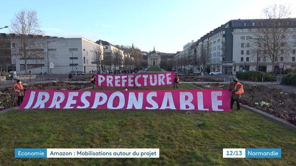 Rouen le 12 mars 2021- Banderoles du collectif Stop Amazon déployées entre la Seine et la préfecture.