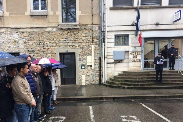 Hommage à la mémoire du Colonel Arnaud Beltrame devant le commissariat de Bourg-en-Bresse