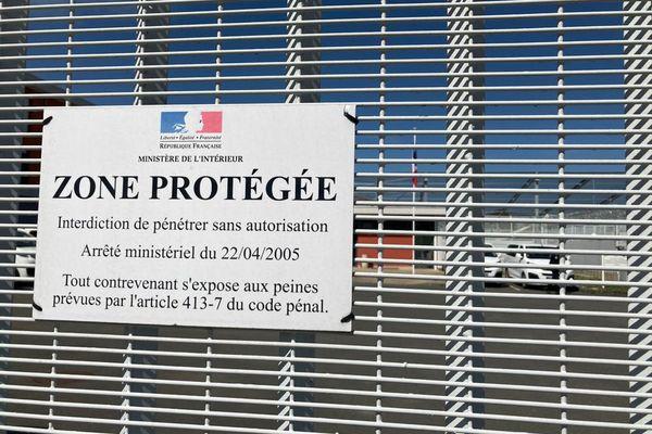 Deux policiers du centre de rétention administrative de Rennes ont été légèrement blessés pendant l'affrontement de vendredi 30 juillet. Selon la préfecture, ils n'ont pas souhaité cesser le travail.