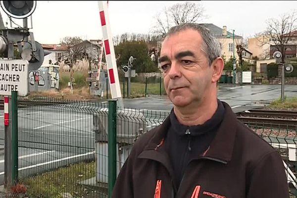 Les réflexes de Daniel Cazaubon ont probablement sauvé deux vies sur ce passage à niveau de Boucau, dans les Pyrénées-Atlantiques.