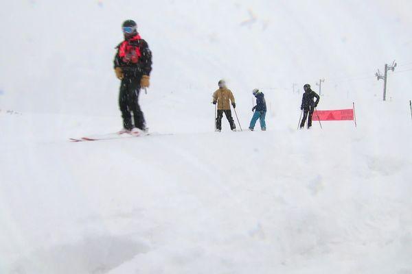 Les pisteurs de l'Alpe du Grand Serre (Isère) font découvrir leur métier aux skieurs.