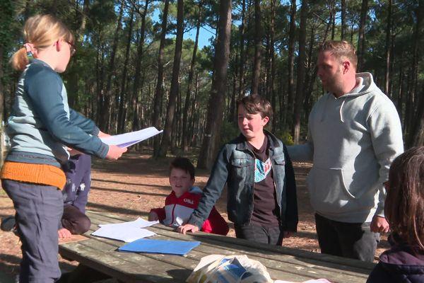 Des adolescents prennent des cours de théâtre  en plein air, à Mimizan dans les Landes.