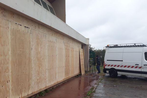 Les planches posées empêchent l'accès au porche pour les sans-abris et les migrants.