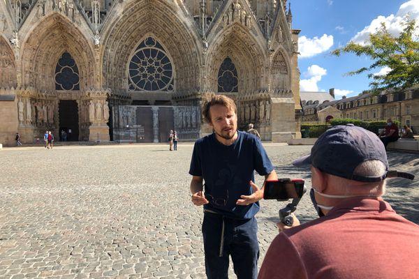 Lorànt Deutsch tourne sa vidéo consacrée à Reims. Première étape : le parvis de la Cathédrale